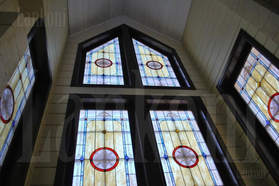 Деревянные окна с витражами