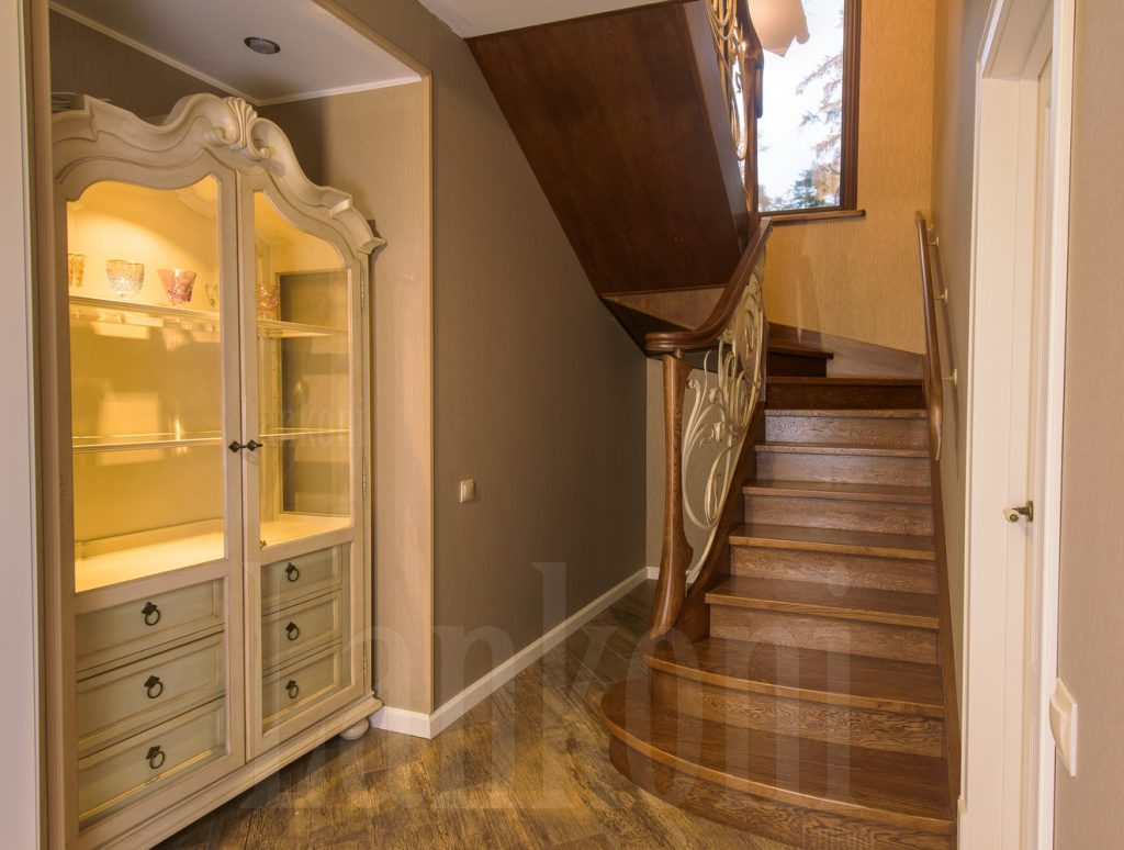 Лестница из дуба с коваными перилами и подсветкой