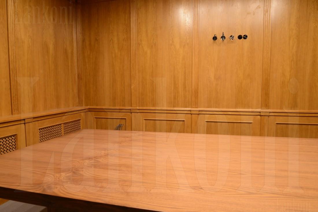 Переговорная комната с дубовыми стеновыми панелями