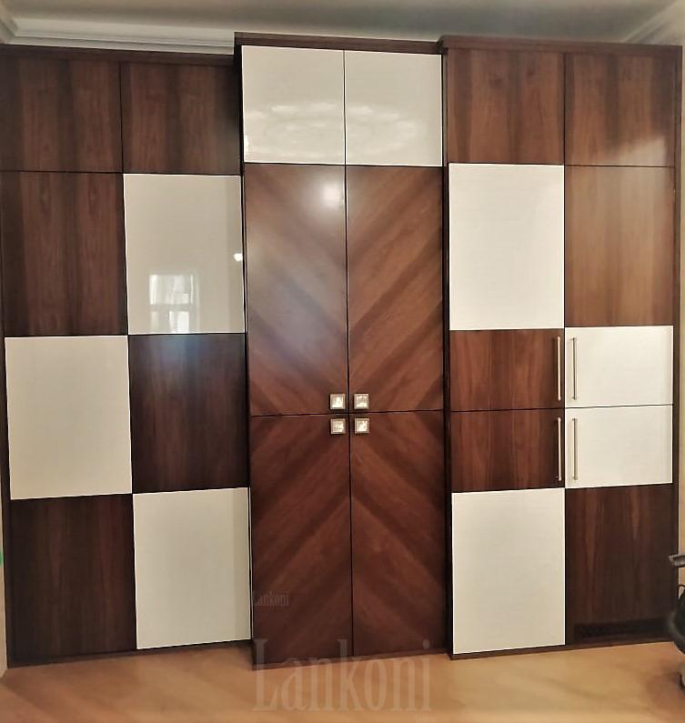 Встроенный шкаф с комбинированным фасадом