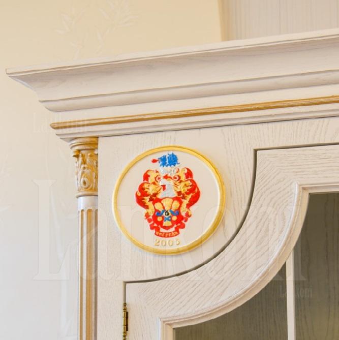 Шкаф с резным гербом